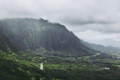 Koolaubergen in mistmening van het vooruitzicht van Nuuanu Pali op Oahu royalty-vrije stock fotografie