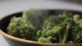 Koolbroccoli in een pan met olie en kruiden