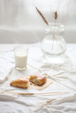 Koolbroodje met glas melk Stock Afbeelding
