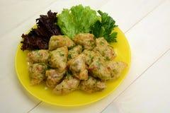 Koolbroodjes met kippenvlees, rijst en groenten die worden gevuld Aziatisch Voedsel Stock Afbeelding