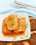 Koolbroodjes op een witte plaat Stock Foto's