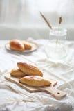 Koolbroodjes op houten scherpe raad Royalty-vrije Stock Foto