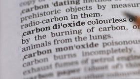 Kooldioxideuitdrukking in Engels woordenboek, schadelijke milieuchemische producten stock videobeelden