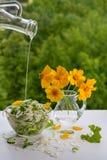 Koolsalade en een boeket van gele bloemen stock afbeelding