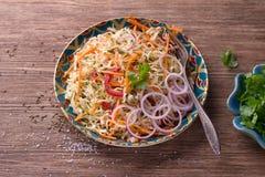 Koolsalade met wortelen, Spaanse peper, uien, koriander en kruiden Royalty-vrije Stock Afbeelding