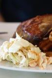 Koolsla met de achtergrond van varkensvleesribben Royalty-vrije Stock Foto's