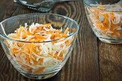 Koolslasalade met verscheurde kool en wortel Stock Foto