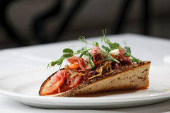 Koolsnack met bacon op zuur-zoet brood Royalty-vrije Stock Afbeeldingen