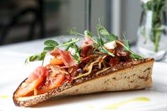 Koolsnack met bacon op zuur-zoet brood Royalty-vrije Stock Foto