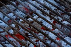 Koolstof onder de grill royalty-vrije stock fotografie
