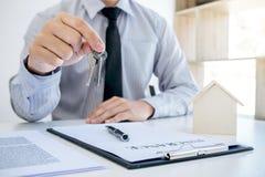 Koop auto en het huisconcept met sleutel, Agent verzendt sleutel naar klant af Royalty-vrije Stock Afbeelding