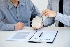 Koop auto en het huisconcept met sleutel, Agent verzendt sleutel naar klant af Stock Fotografie