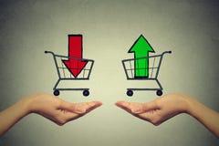 Koop of celconcept Effectenbeurs handel Twee handen met de manden van de consument royalty-vrije stock afbeelding