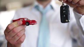 Koop een auto - verkopend een auto stock video