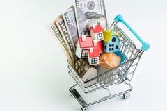 Koop en verkoop huis, de bezitsvraag en levering of onroerende goederen het kopen concept, boodschappenwagentje of karretje met h stock fotografie
