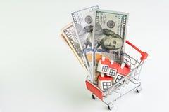 Koop en verkoop huis, de bezitsvraag en levering of onroerende goederen het kopen concept, boodschappenwagentje of karretje met h royalty-vrije stock afbeeldingen