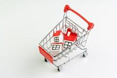 Koop en verkoop huis, de bezitsvraag en levering op onroerende goederen het kopen concept, boodschappenwagentje of karretje met h royalty-vrije stock foto's