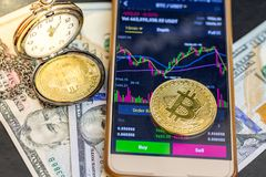 Koop en verkoop op toepassingen van smartphone met enige gouden bitcoin stock fotografie