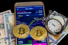 Koop en verkoop op toepassingen van smartphone met twee gouden bitcoins royalty-vrije stock foto