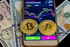 Koop en verkoop op toepassingen van smartphone met twee gouden bitcoins royalty-vrije stock fotografie
