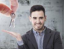 Koop huis, hand met sleutels stock foto's