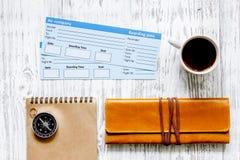 Koop kaartjes voor reis Kaartjes op lichte houten lijst hoogste mening als achtergrond Stock Foto