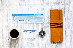 Koop kaartjes voor reis Kaartjes op lichte houten lijst hoogste mening als achtergrond copyspace Stock Foto's