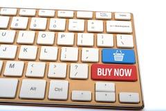 Koop online met mandpictogram op toetsenbord dichte omhooggaand Stock Foto's