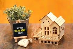 Koop vandaag uw banner van het droomhuis met 3D huisminiatuur Stock Afbeeldingen