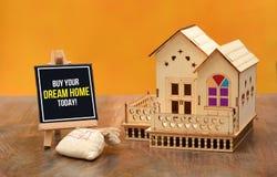 Koop vandaag uw banner van het droomhuis met 3D huisminiatuur Royalty-vrije Stock Afbeeldingen
