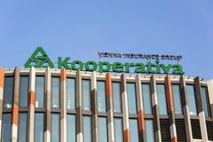 Kooperativa - le logo de groupe d'assurance de Vienne sur le bâtiment de Karlin de question principale du Tchèque siège le 31 mar Photographie stock libre de droits