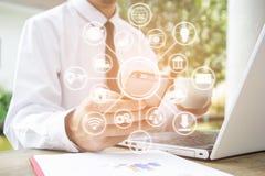 Koopt de slimme telefoon van het handgebruik voor iets van online het winkelen Web Stock Fotografie
