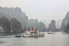Koopvaardijboot bij Halong-baai stock afbeeldingen