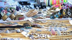 Koopwaar blootgestelde juwelen in de ambacht van de venterbox stock footage
