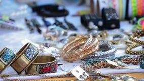 Koopwaar blootgestelde juwelen in de ambacht van de venterbox stock video