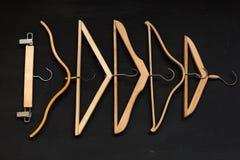 Koopwaar houten hangers op een zwarte achtergrond royalty-vrije stock fotografie
