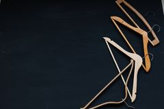 Koopwaar houten hangers op een zwarte achtergrond royalty-vrije stock afbeeldingen
