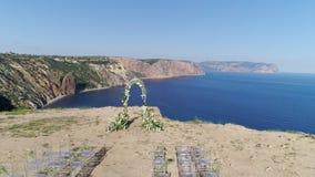 Koor en stoelen voor huwelijk bij kust stock video