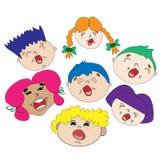 Koor van vrolijke kinderen De jongens en de meisjes zingen liederen Gekleurd haar Stock Foto's