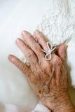Koord op vinger van bejaarde wordt gebonden dat stock afbeeldingen