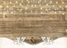 Koord van lichten op rustiek hout royalty-vrije stock afbeelding