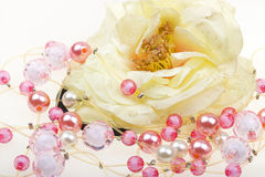 Koord van parels, halsband, uitstekende bloem op wit Royalty-vrije Stock Foto's