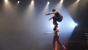 Koorddansers bij het circus stock video