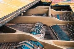 Koorden en hamers binnen de oude piano stock foto