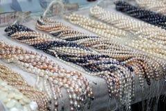 Koorden van luxe gecultiveerde zoetwaterparels royalty-vrije stock foto