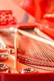 Koordenclose-up Uitstekende rode klassieke grote piano Muzikale instrumentensamenvatting stock foto
