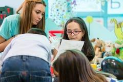 Koordinerande barn för kvalificerad dagislärarinna Royaltyfria Foton