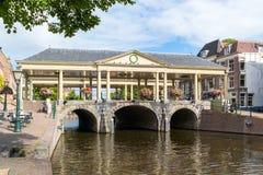 Koornbrug bro i Leiden, Nederländerna Fotografering för Bildbyråer