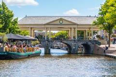 Koornbrug och kafé på den nya Rhenkanalen, Leiden, Nederländerna Arkivbilder
