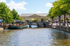 Koornbrug och kafé på den nya Rhenkanalen, Leiden, Nederländerna Royaltyfria Bilder